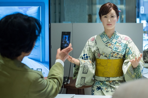 Chihira Aiko humanoid-receptionist-works-at-japanese-department-store